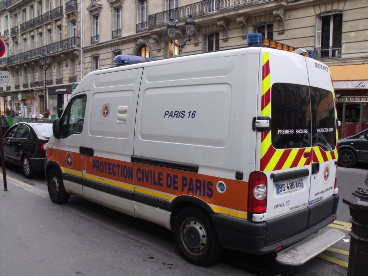 Opel ambulance in Paris (2).